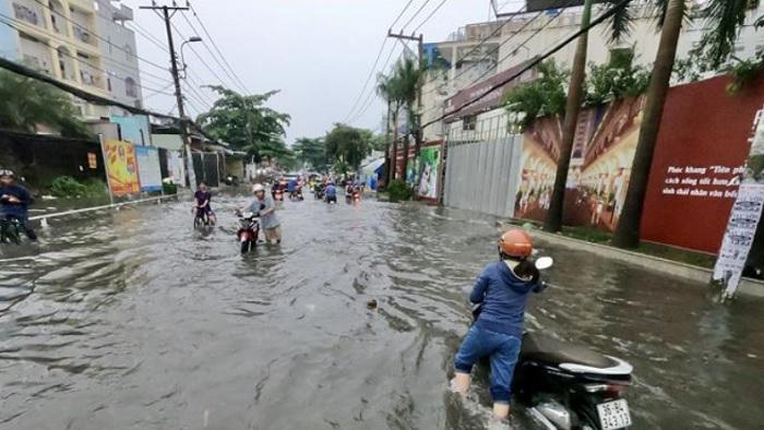 Tình trạng ngập lụt trên tuyến đường Nguyễn Duy Trinh